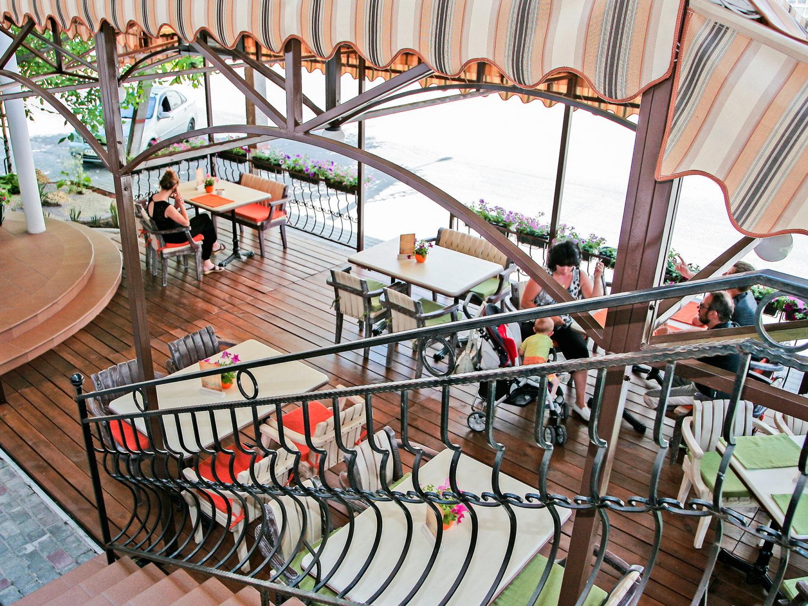 Столики на веранде ресторана в Херсоне